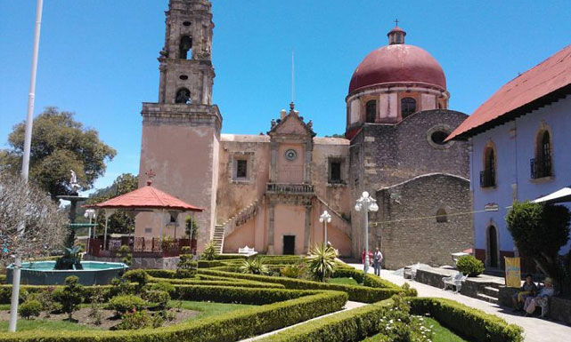El centro de Mineral del Chico (antes Atotonilco el Chico), Hidalgo donde se aprecia en primer término la fuente donada por el tío Tatarabuelo Vicente Ygnacio Yslas y el reloj de la iglesia también donado por su socio Gabriel Mancera.